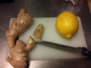 Vask en sitron og skjær en bit fersk ingefærrot.